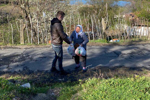Albanië - weduwe krijgt voedselpakket